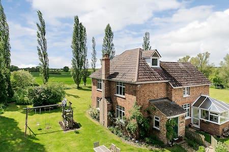 The Farmhouse - Tadlow - House