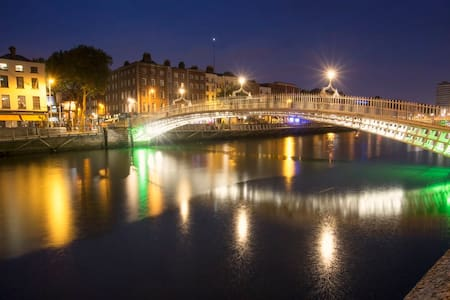 LOCATION, LOCATION, LOCATION!!! Fantastic Luxury Apartment located right beside the river at the Ha'Penny Bridge,  5 minutes to Temple Bar and Trinity College. Comfort, convenience,  everything is right outside your door, restaurants, cafes, Pubs!