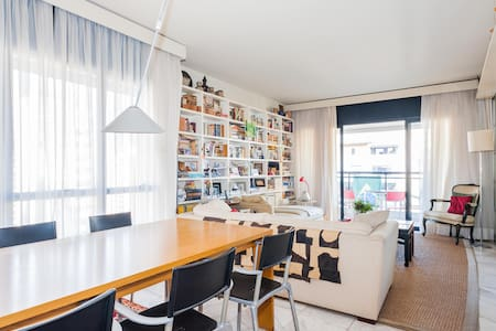 "IN THE MOST SEEK AFTER NEIGHBORHOOD AT WALKING DISTANCE OF BARS, RESTAURANTS OF ""VILA MADALENA"", STREET MARKETS  SHOPS AND METRO.  STREET AND BUILDING SECURITY 24HS. NICE  BRIGHT COMFY ROOM WITH PRIVATE BATHROOM. HOMEMADE GRANOLA & BREAD!"
