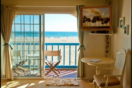 PARADISE ON THE SAND: Exhale & relax...Private, Peaceful, Bedroom Suite w/spectacular ocean view, private balcony, door lock, kitchen, coffee/tea, mini frig, deluxe bedding, bicycles, surf & boogie boards, Tiki Bar, tropical beach patio, BBQ, walk to shops & bars.