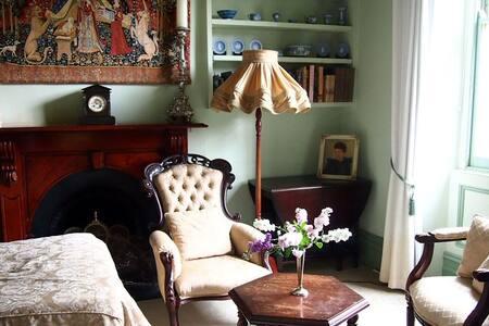 Fitzroy: Tiny bluestone cottage
