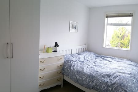 a quiet cosy room near a tube station - London - Apartment