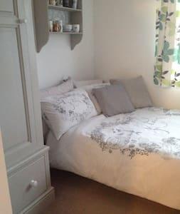 Quiet double bedroom - close to LHR & Twickenham - House