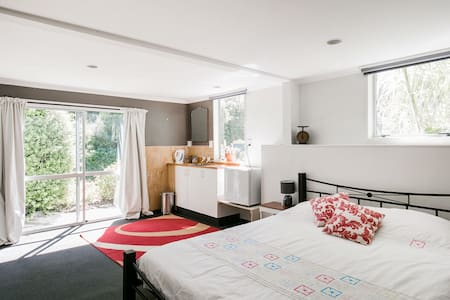 Spacious room in family home - Nelson