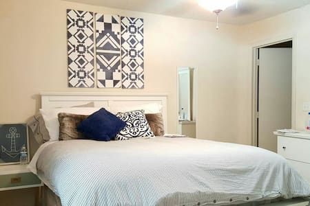 Serene Getaway Close to Everything! - Mount Pleasant - Apartment