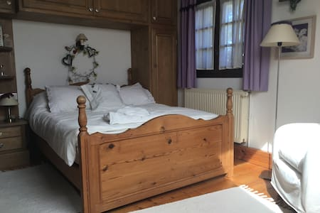Charming bedroom in renovated farm - Huis