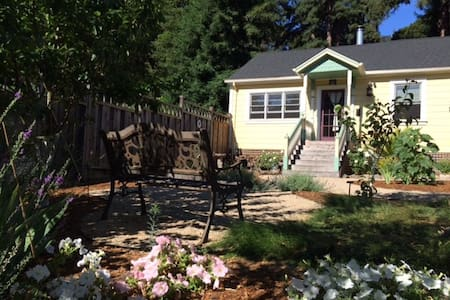 Victorian Guest Cottage- Sleeps 6 - Casa