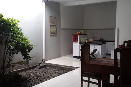 A walking distance to main street with lots of restaurants and convenience stores. 15 min walk to Gadjah Mada University. 10 min drive to down town. 5 min walk to Realia. Twin bed with breakfast for 2. Another room at GN - QueenBed.
