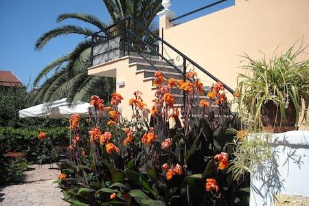 One studio  in a beautiful garden - Appartement