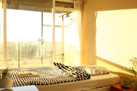 Room in an apartment full of light and city views - Wohnung