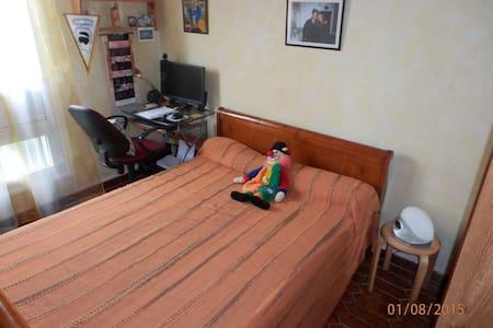 Chambre avec un grand lit. - Daire