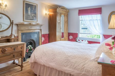Armsyde B & B  'Isadora Cranberry' - Bed & Breakfast