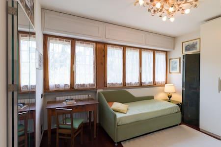 Bright room surrounded by greenery. - Huvila
