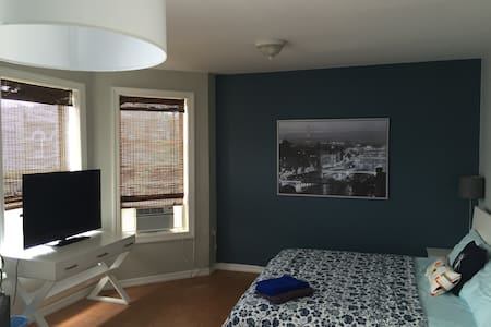 Large size room over looking 32nd street, on the second floor apartment of a private house. Brings in plenty of sunlight from windows. King bed.Located conveniently near the N/Q train line at a 4 minute walk which takes you to Central Park in less than 15