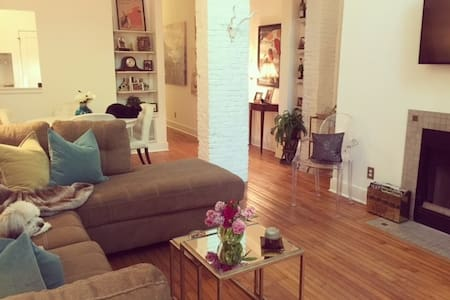 Cozy room with skylight in heart of downtown - Wilmington - Wohnung