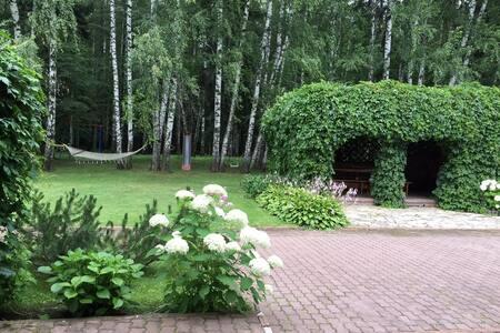 Удобный загородный дом с бассейном