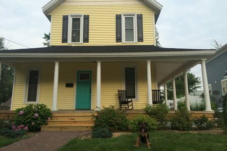 Charming Gaslight Village House - Ház