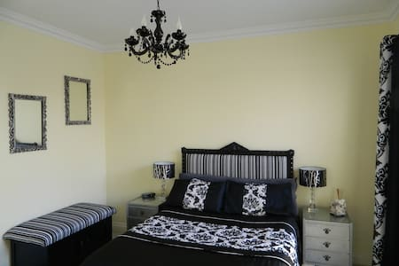 Luxury accommodation in quiet leafy garden Suburb - Wembley - House