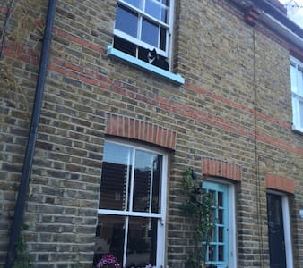 Victorian terraced house nr river - Thames Ditton