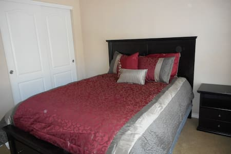 Homey bedroom in Greeley with private bathroom - Condominium