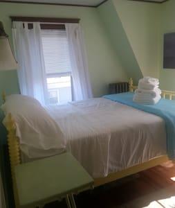 Bright serene room near everything! - South Portland - House