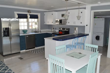 REMODELED 1950's Cozy Beach Cottage - Edisto Island - 獨棟