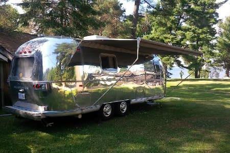 Vintage Airstream on beautiful lake - Kamp Karavanı/Karavan