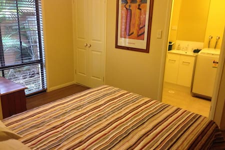 Cosy unit with private river access - Upper Coomera - Bed & Breakfast