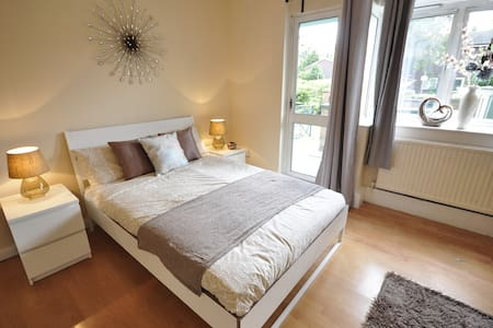 Cosy room in Limehouse,patio  (TA1)