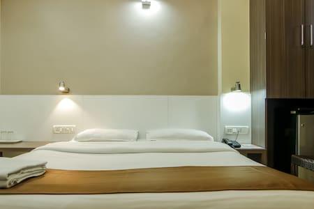 Delux Double AC Room opp Khar Stn W - Bombay