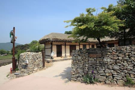 창표네민박, 살아있는 민속박물관 외암마을의 농가민박 - Songak-myeon, Asan-si