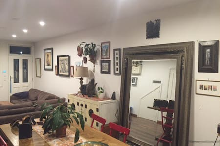 Beautiful king size bedroom with built ins - Redfern - Casa