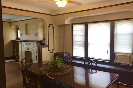 Very Cozy Large 3 Bdrm Home in the Heart of town - Cleveland - House