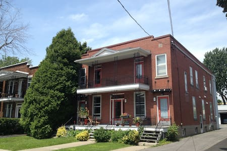 Our sunny and cute flat is in a perfect neighbourhood, 5 min from the subway to downtown Montreal. By car, it's only 10-15 min! A nice little park, very good restaurants and bars just 3 minutes away by walk, you will fall in love !
