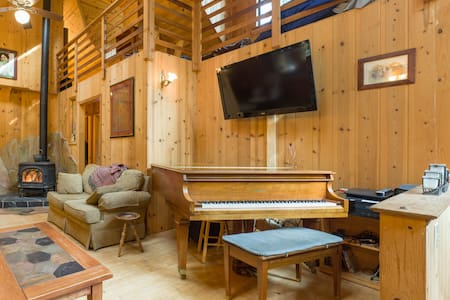 Rustic Redwood Retreat w Baby Grand - Hus