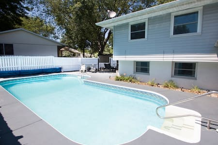 Private bed/bath minutes off I-80, with pool. - Hus