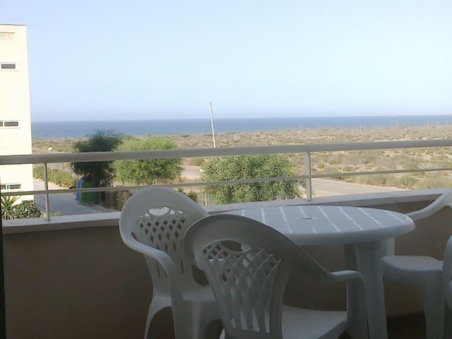 Terraza con vistas al mar y mesa con 4 sillas