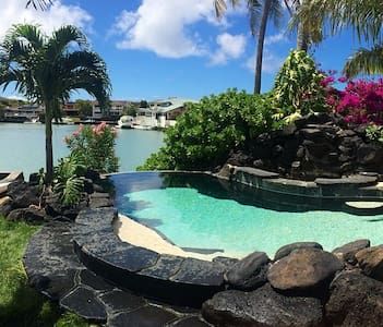 Waterfront Hawaii Kai bed + bath