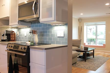 Modern and cozy 2BD/1Ba w parking - Stadswoning