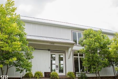 Beautiful Modernized Barn Home - House