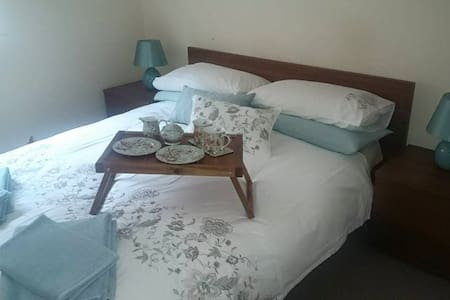 Cozy room minutes from beach & city