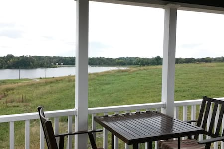 Luxury Lakeview Cottage - Staunton