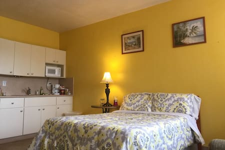Yellow Room SPECIAL. Free Parking,