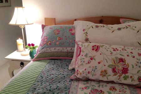 Large Comfy Cottage-Style Bedroom. - Scarborough - Casa
