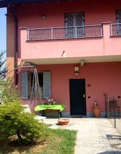 House with garden close to Fiera Milano - Rho! 4 adults. Excellent point of departure to visit Milan and Fiera Milano - Rho. There are all comforts, free parking in a garage, free WIFI and it's served by public transports. Daily cleaning included!