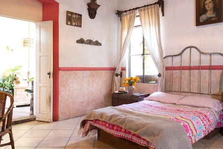 Comfortable room for one or 2 people with private bathroom. Living with Mexican family. Have access to their room and common areas ( kitchen, living area, green areas) Horacio (the dog) and Honey (the duck)  lives here so must be pet friendly ;-).