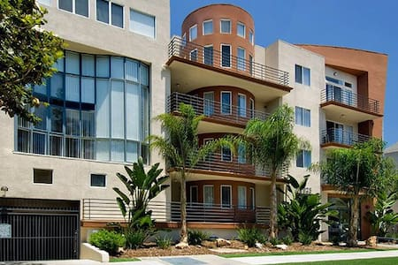 Walking distance to Universal Studios, 5 minutes from Hollywood blvd. Home has 2 Queen size beds in each room and has 2 parking spaces included NO CHARGE. Extra air mattresses in each room upon request. Fits 8 guests comfortably