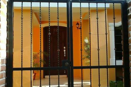 Gorgeous Gated Gardenia Home - Managua - Haus