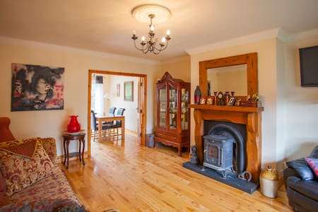 10 minutes to City & beside seaside - Galway - House