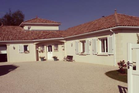 Belle suite dans villa provençale - House